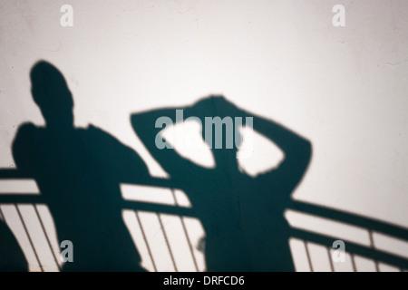 Foto Creative di persone ombre sul muro bianco Foto Stock