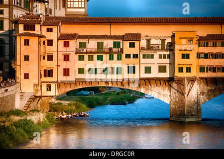 Vista ravvicinata del Ponte Vecchio sull'Arno al tramonto, Firenze, Toscana, Italia Foto Stock
