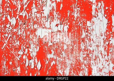 Peeling vernice rossa su uno sfondo grigio, grande consistenza Foto Stock