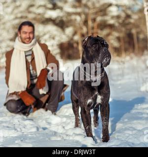 L'uomo gioca con il suo cane all'aperto Foto Stock
