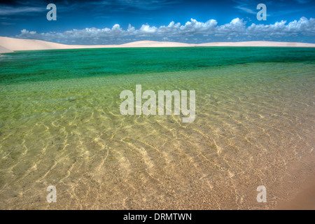 Verde acqua piovana pond intrappolato in bianco dune, Lencois Maranhenses National Park, Brasile, Oceano Atlantico Foto Stock