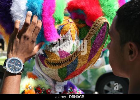 Partecipante al carnevale vestito come Diablo Cojuelo (zoppicante del diavolo) prima del carnevale Dominicana a Foto Stock
