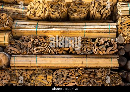 Listoni in legno, impilati a diventare legno stagionato a Interlaken nell Oberland Bernese, Svizzera Foto Stock