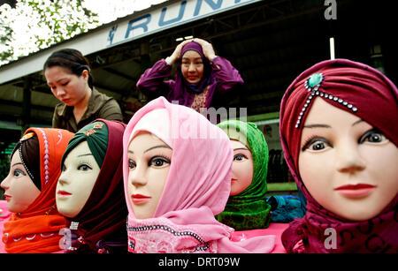 Quezon, Filippine. Il 1° febbraio 2014. Le donne musulmane visualizzare diversi disegni di Hijabs su manichini durante Foto Stock