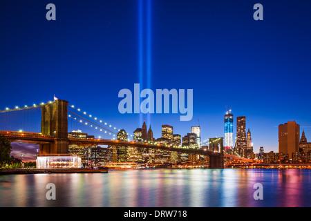 La città di New York con Settembre 11 Omaggio alla luce. Foto Stock