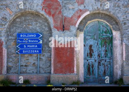Cartello sul Passo dello Stelvio, il Passo dello Stelvio, dello Stelvio, nel Nord Italia punti a Bolzano, Santa Foto Stock