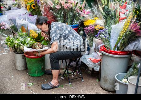Venditore di fiori sulla strada del mercato di Gage Street nel centro di Hong Kong. Foto Stock