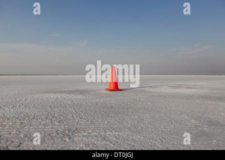 Bonneville Salt Flats in Utah USA cono stradale via marcatore sulla Bonneville distesa di sale Foto Stock