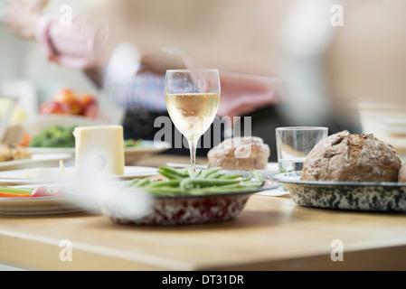 Buffet Di Insalate Miste : Buffet di insalate di età mista e le etnie riuniti insieme foto