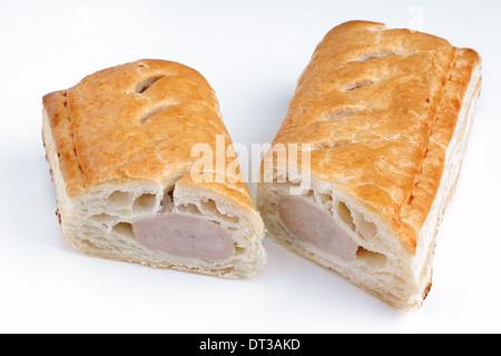 Salsiccia di maiale in rotolo di pasta sfoglia su sfondo bianco Foto Stock