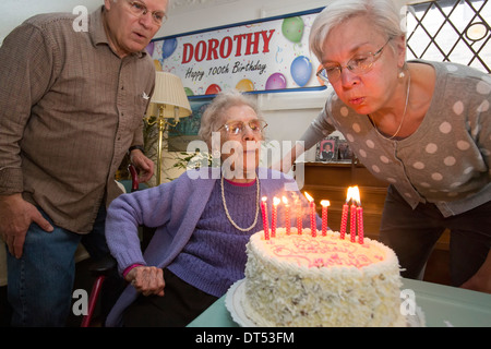 Detroit, Michigan - Dorothy Newell festeggia il suo centesimo compleanno con sua figlia, Susan Newell e suo figlio Foto Stock