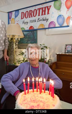 Detroit, Michigan - Dorothy Newell festeggia il suo centesimo compleanno. Foto Stock