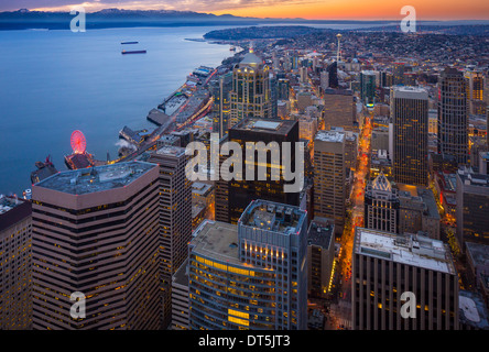 Seattle Downtown con Elliot Bay e distante Olympic mountain range visto da sopra Foto Stock