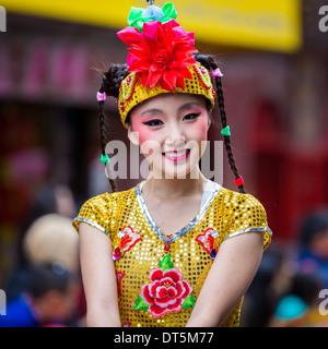 Bella ragazza cinese sfilate presso il nuovo anno lunare Festival in Chinato Foto Stock