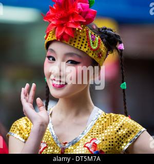 Bella ragazza cinese sfilate presso il nuovo anno lunare Festival in Chinatown. Foto Stock