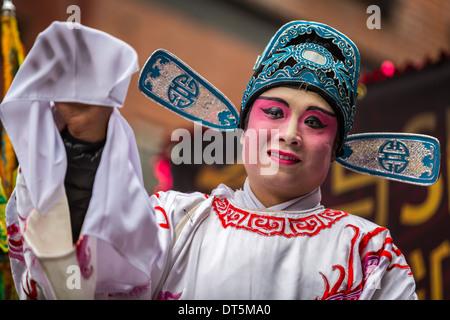 Uomo cinese che indossa il trucco sfilate presso il nuovo anno lunare Festival in Chinatown. Foto Stock