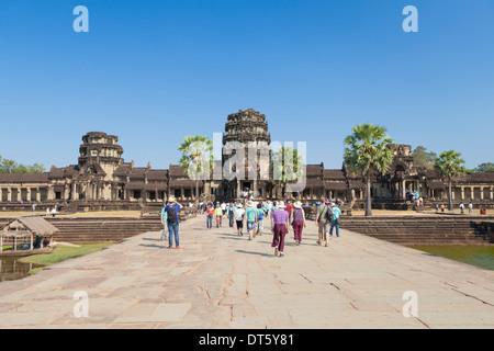 Causeway conduce all'ingresso principale di Angkor Wat, Cambogia Foto Stock