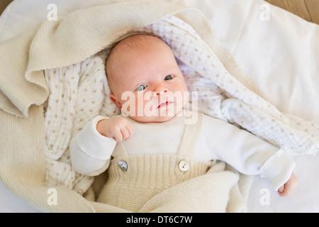 Baby girl giacente sul coperchio Foto Stock