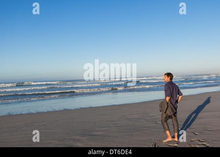 L'uomo godendo beach Foto Stock