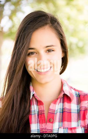 Ritratto di giovane donna sorridente Foto Stock