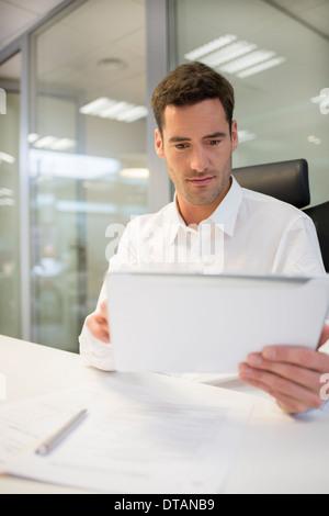 Imprenditore in ufficio a lavorare sul computer tablet