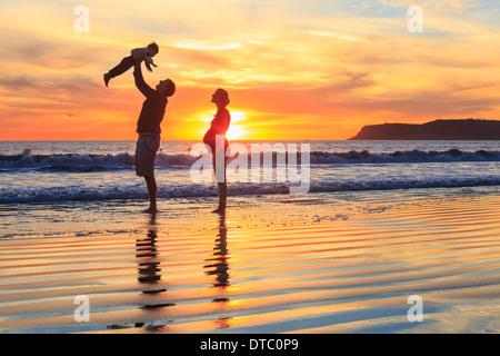 Famiglia con bambino figlio giocando sulla spiaggia, San Diego, California, Stati Uniti d'America Foto Stock