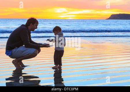 Padre e figlio toddler giocando sulla spiaggia, San Diego, California, Stati Uniti d'America Foto Stock