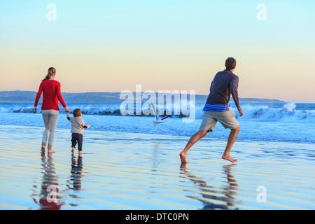 Famiglia e bambino figlio giocando sulla spiaggia, San Diego, California, Stati Uniti d'America Foto Stock