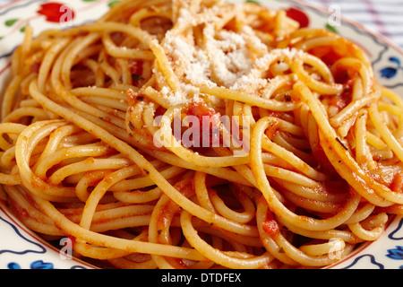 Spaghetti con salsa di pomodoro e formaggio grattugiato Foto Stock