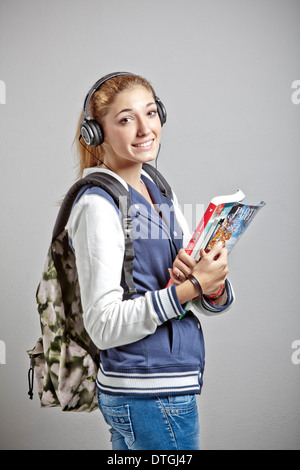 Ragazza adolescente con cuffie e zaino Foto   Immagine Stock ... a19930bb664f