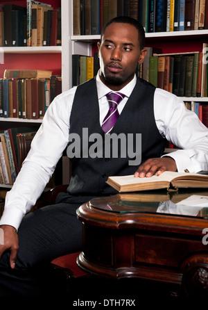 Un ben vestito uomo (African American) maschio con book library (modello e  proprietà 3776e730d84a