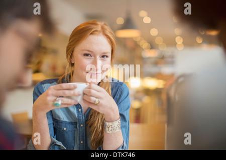 Gli amici sorseggiando caffè nella caffetteria