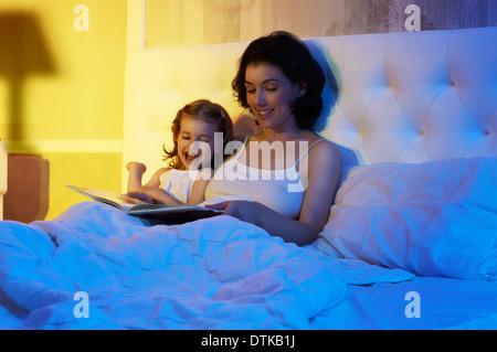La figlia e la madre sono felici insieme Foto Stock