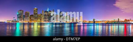 New York City Financial District skyline attraverso l'East River. Foto Stock