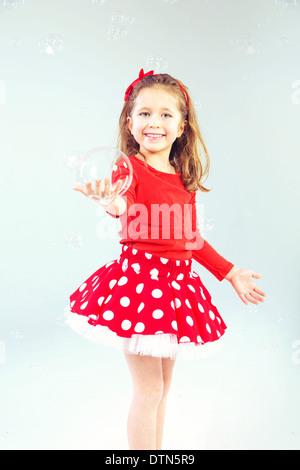 Poco carino principessa con bolle di sapone Foto Stock