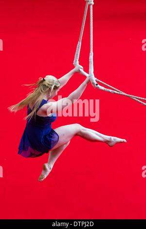 Blackpool, Lancashire, Regno Unito 22 Febbraio, 2014. Schimitt Kaelyn , NoFit State Circus, un circo contemporaneo Foto Stock