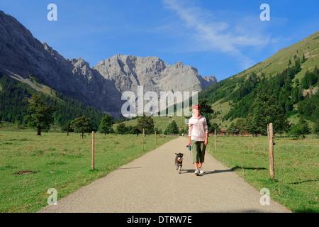 Donna con miniatura Schnauzer, nero-argento, Grosser Ahornboden, parco Karwendel, Eng valley, Tirolo, Austria / escursionista
