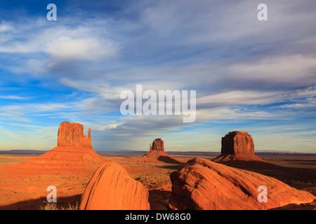 Tramonto nella Monument Valley Navajo Tribal Park al confine dello Utah e Arizona Foto Stock