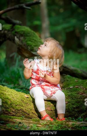 Bambina nella foresta Foto Stock