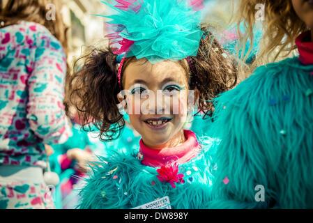Sitges, Spagna. 2 marzo 2014: una giovane reveler esegue durante i bambini sfilata di carnevale a Sitges Credito: Foto Stock