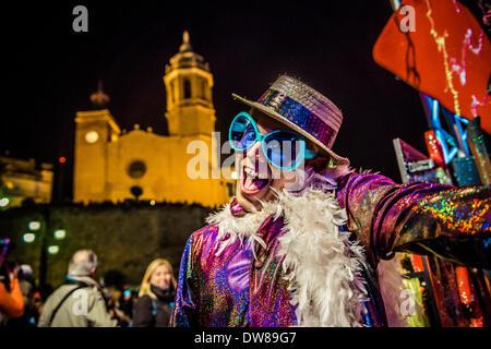 Sitges, Spagna. 2 marzo 2014: Un reveler vestito come Elton John esegue durante la sfilata di carnevale a Sitges. Foto Stock