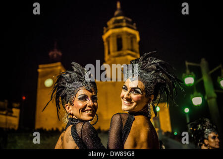Sitges, Spagna. 2 marzo 2014: due festeggianti danza davanti a Sitges' chiesa durante la sfilata di carnevale. Credito: Foto Stock