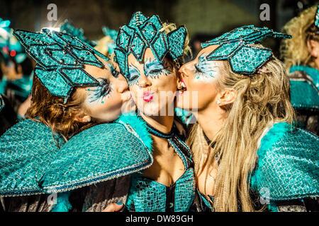 Sitges, Spagna. 2 marzo 2014: festaioli kiss durante la Domenica sfilata di carnevale a Sitges Credito: matthi/Alamy Foto Stock