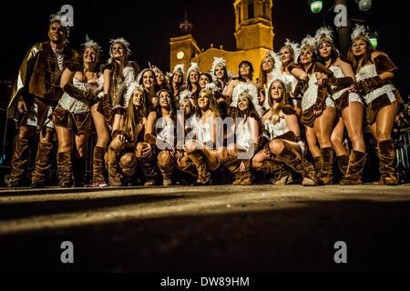 Sitges, Spagna. 2 marzo 2014: un gruppo di festaioli si riuniscono per una foto durante la sfilata di carnevale Foto Stock