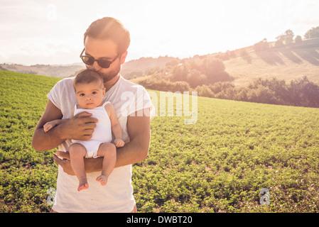 Ritratto di padre orgoglioso mantenendo la bimba Foto Stock