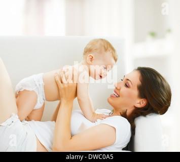 Madre felice tiene il suo bambino Foto Stock