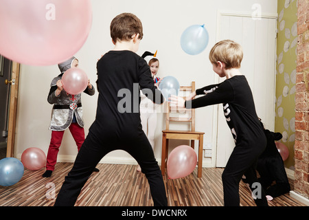Bambini che giocano con palloncini a festa di compleanno Foto Stock