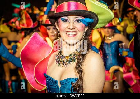 Sitges, Spagna. 4 marzo 2014: Un reveler esegue durante la sfilata di carnevale a Sitges Credito: Matthias Oesterle/Alamy Foto Stock