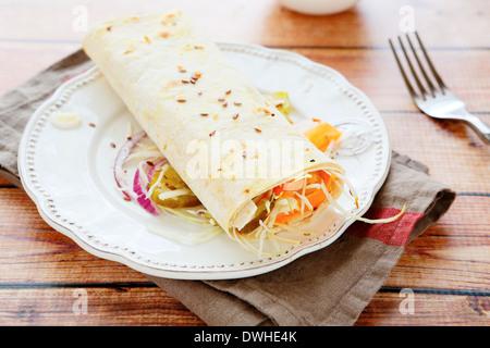 Insalata avvolto in pane pita, cibo closeup Foto Stock
