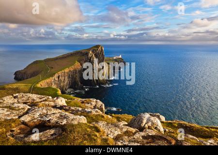 Neist Point e faro, Isola di Skye, Ebridi Interne, Highlands e le isole della Scozia, Regno Unito, Europa Foto Stock